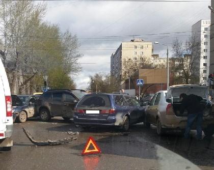 Наперекрестке проспекта Парковый иулицы Желябова вПерми столкнулись 4 иномарки