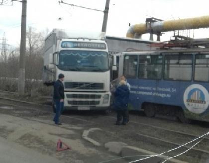 ВПерми из-за столкновения трамвая с фургоном приостановлено движение электротранспорта