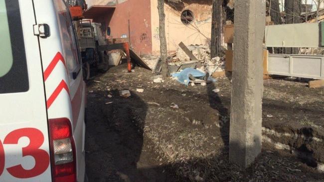 ВБерезниках умер рабочий при падении люльки автокрана