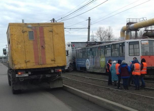 ВПерми из-за столкновения трамвая с грузовым автомобилем приостановлено движение электротранспорта